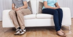 couple-sitting-apart-578x295